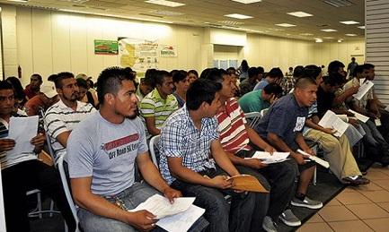 Salvadoreños en Estados Unidos a la espera de la renovación