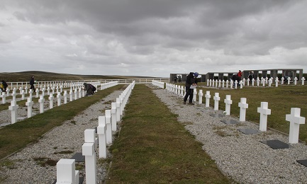 LOS HOMBRES TAMBIÉN SABEN AHORA QUIÉNES SON. La Cruz Roja Internacional identificó los restos de ochenta y ocho soldados argentinos caídos en el conflicto de Malvinas en 1982