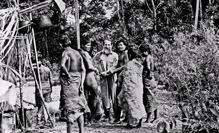 """José Álvarez Fernández, """"Apaktone"""", con un grupo de indios mashcos"""