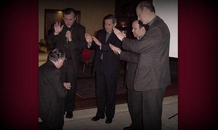 Fernando Karadima (de rodillas) recibe la bendición de los obispos Valenzuela, Barros – segundo de izquierda a derecha - Arteaga y Koljatic en la parroquia El Bosque