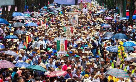 Una marea de peregrinos en camino hacia la basílica de Guadalupe, en el centro de Ciudad de México