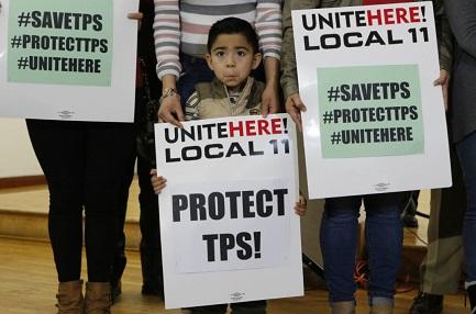 Mateo Barrera, de El Salvador, durante una protesta en Los Angeles (Foto AP/Damian Dovarganes)