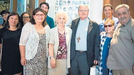 El presidente de la conferencia episcopal argentina Oscar Vicente Ojea con la presidente de las Abuelas de plaza de Mayo Estela de Carlotto
