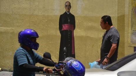Romero pintado en una pared de la 2ª Avenida Sur de San Salvador (Foto Menly Cortez)