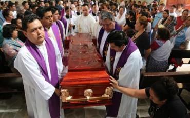 ¿DIALOGAR CON LOS NARCOS? SE PUEDE Y SE DEBE. Lo afirma el obispo de la diócesis a la que pertenecían los dos párrocos mexicanos asesinados el lunes pasado