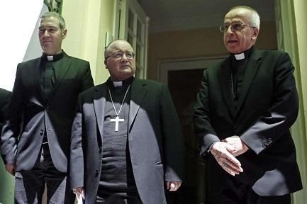 De izquierda a derecha: P. J. Bertomeu, Mons. C. Scicluna y el nuncio Mons. I Scapolo (Associated Press Photo)