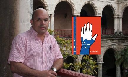 """Orlando Márquez en Cuba, en el edificio histórico de La Habana dedicado a Félix Varela. En frente la portada del libro """"Pido la palabra"""""""