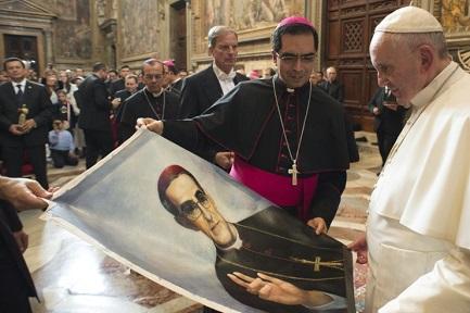 El Papa Francisco delante de un retrato de Romero el 30 de octubre de 2015 (Foto Osservatore Romano)