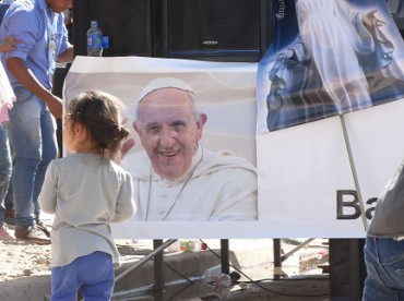 CINCO AÑOS DE PONTIFICADO/3. Identikit de la parroquia según Bergoglio: abierta a los emigrantes, extendida en el territorio, pluralista y misionera
