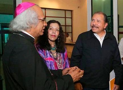 El cardenal Brenes, Rosario Murillo y el presidente Ortega