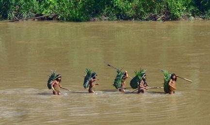 Índios atravessam um rio (Foto Ministério da Cultura-Brasil)