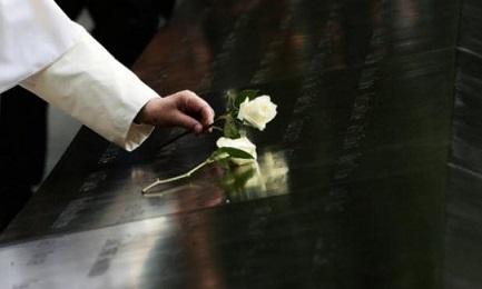 En Nueva York Francisco deja una rosa blanca en el mausoleo dedicado a las víctimas del 11/11/2001 (The New York Times)
