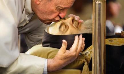 El Papa Francisco besa el cuerpo del padre Pío