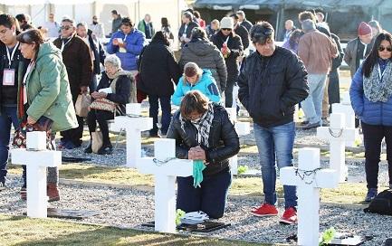 Familiares de los caídos argentinos visitan las tumbas en el cementerio de la Isla