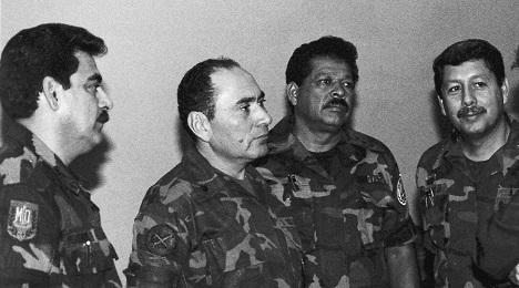 Inocente Montano, el tercero desde la izquierda, en una fotografía de julio de 1989 con oficiales de alto rango del ejército salvadoreño (Foto Luis Romero-AP).