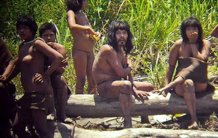Un grupo de indígenas Mashco Piro (© Jean-Paul Van Belle)