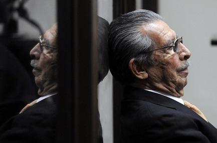 Ríos Montt en una pausa durante el juicio por genocidio, el 31 de enero de 2013 (Foto AFP-Johan Ordóñez)