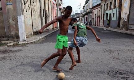 Fútbol y más fútbol por las callejuelas de La Habana (Foto WALL STREET JOURNAL)