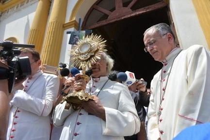 El cardenal Leopoldo Brenes, el obispo Silvio Baéz y el nuncio Waldemar Stanilaw Sommertag (LA PRENSA-JADER FLORES)