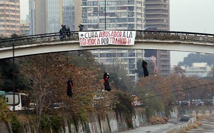 """CHILE. """"CURA ABUSADOR, A LA HORCA POR TRAIDOR"""". Decían los carteles que pusieron cerca de tres muñecos colgados por el cuello desde un puente. De la condena contra los abusos a la violencia anticatólica"""