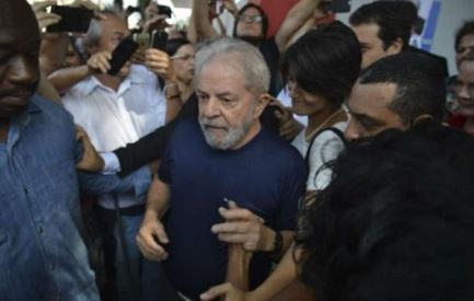 PARADOJAS BRASILEÑAS DE UN INCIERTO PANORAMA ELECTORAL. Lula se impone desde la cárcel en la preferencia de los votantes cuatro meses antes de las elecciones. Detrás de él…