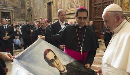 """PROBABLE VISITA DEL PAPA A LA TUMBA DE SAN ROMERO, EN EL SALVADOR. """"Le escribimos una carta"""" declaró el arzobispo de la capital, """"y está estudiando la posibilidad de venir"""""""