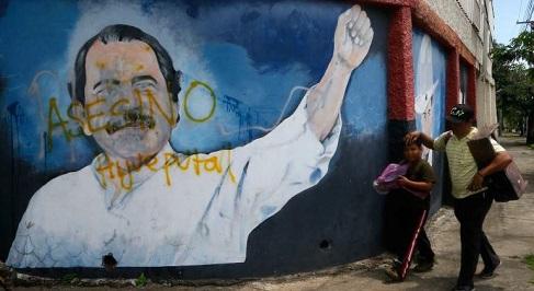 """El mural frente al Ministerio de Managua donde los manifestantes escribieron """"Ortega asesino"""" (Foto Reuters)"""