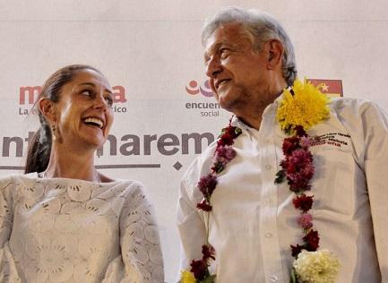 López Obrador, el ganador, con la nueva alcaldesa de Ciudad de México, Claudia Sheinbaum, de su mismo partido (Foto Claudiashein)