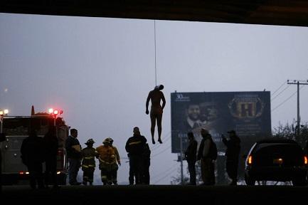 Una escena de violencia habitual: el cuerpo de un hombre cuelga de un punte sobre la ruta que conduce a Tijuana (Foto AP - Guillermo Arias)