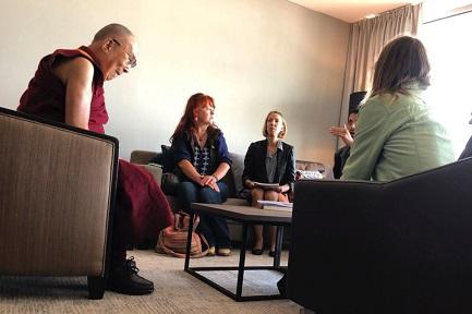 El Dalai Lama con algunas víctimas (Foto AP)