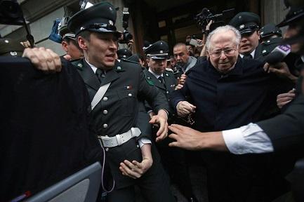 El ex sacerdote chileno Fernando Karadima en una foto de 2015, cuando sale de un tribunal de Santiago de Chile (Foto Associated Press)