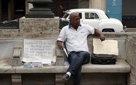 Un agente immobiliario ofrece casas en Cuba