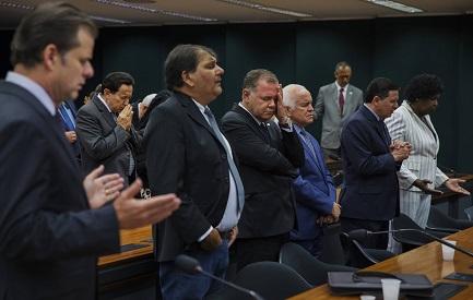 Un grupo de evangelicos brasileños rezan en una sesion del Congreso (LALO DE ALMEIDA FOLHAPRESS)
